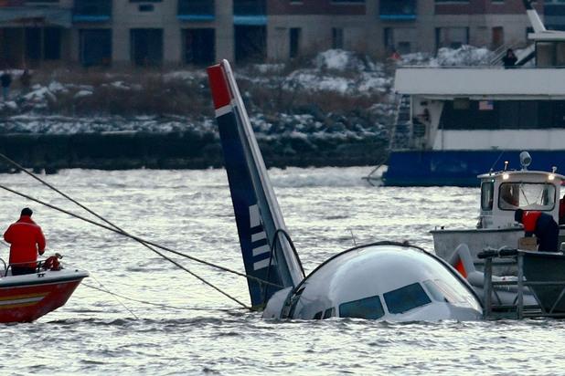 """през 2009 г. полет 1549 на us airways """"кацна"""" в река хъдзън в ню йорк след сблъсък с ято птици, повредили двигателите на самолета"""