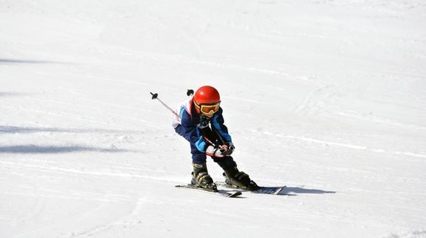 Млад скиор в български курорт