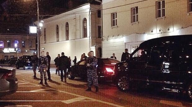 Охранители с автомати охраняват Кабаева
