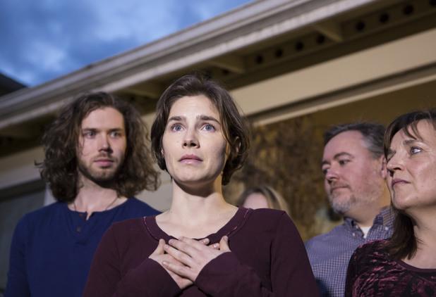 аманда нокс със семейството си след окончателната оправдателна присъда
