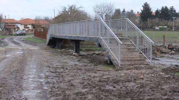 Мостът в Славеево, водещ към никъде, който стана сензация в 9gag