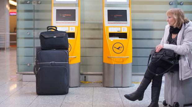Жена с куфар на летището