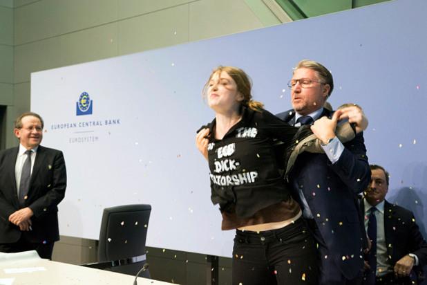 21-годишна активистка на Femen прекъсна пресконференцията на президента на ЕЦБ Марио Драги