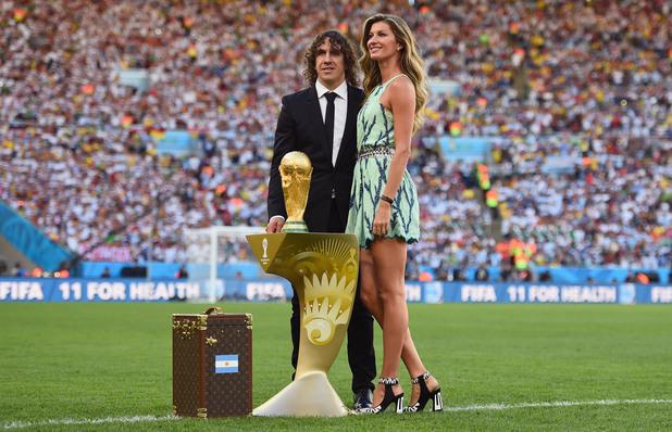 Жизел Бюндхен на представянето на Световната титла по футбол, спечелена от Испания,