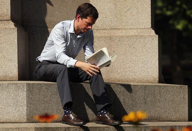 Мъж с книга