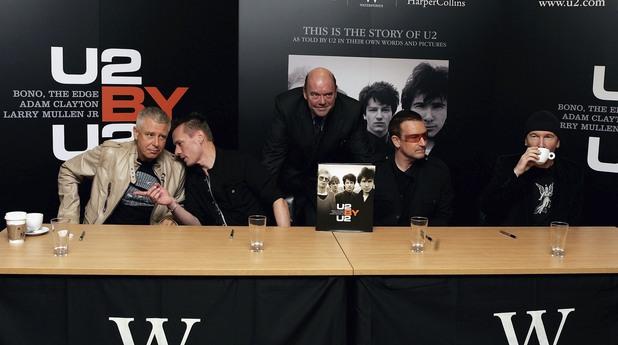 U2 с мениджъра си Пол Макгинес