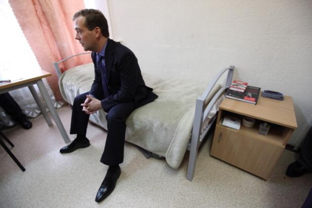 дмитрий медведев на посещение в общежитието на университета за дружба между народите