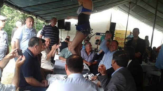Мишо Миков и кючекчийка на масата