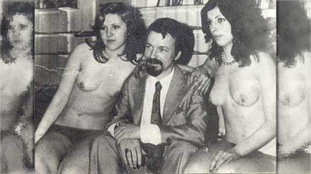 Архивна снимка на Ахмед Доган с две голи жени