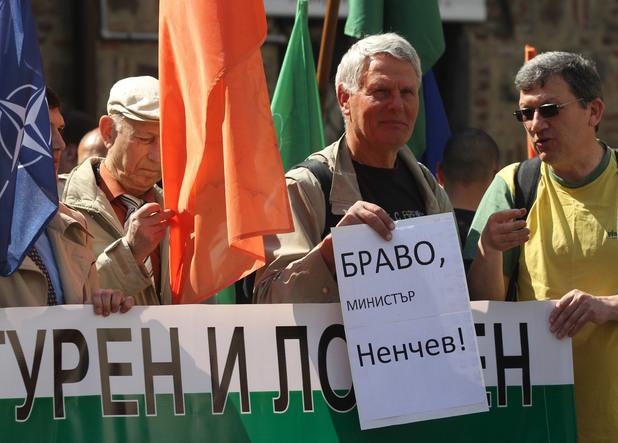 митинг в подкрепа на министъра на отбраната николай ненчев преди заседанието на консултативния съвет за национална сигурност