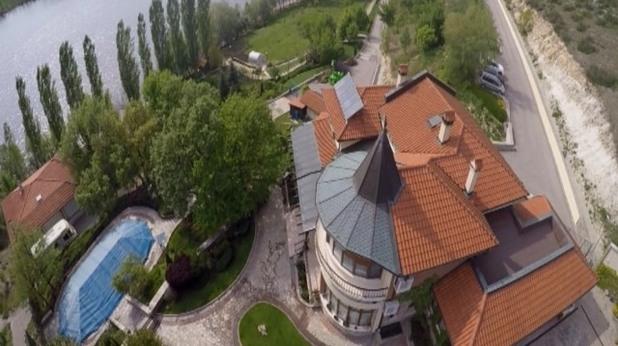 Кметът на Хасково живее в имение на милиони