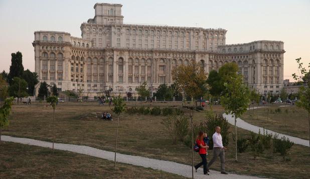 Парламентът на Румъния се помещава в Двореца на Народа, построен от Чаушеску