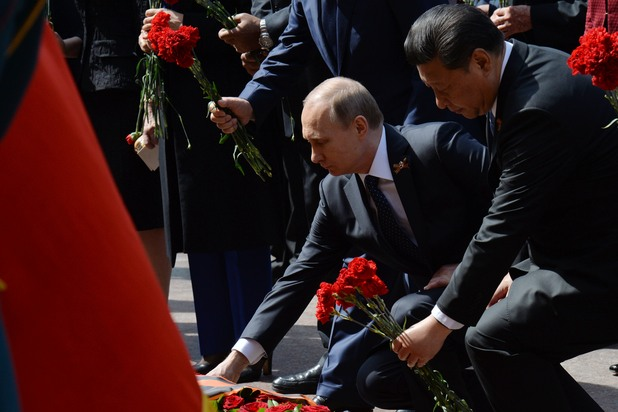 Невиждан военен парад на Червения площад, Путин поднася цветя пред паметника на Незнайния войн