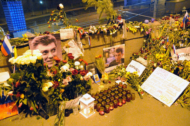 цветя и свещи на мястото на разстрела на борис немцов