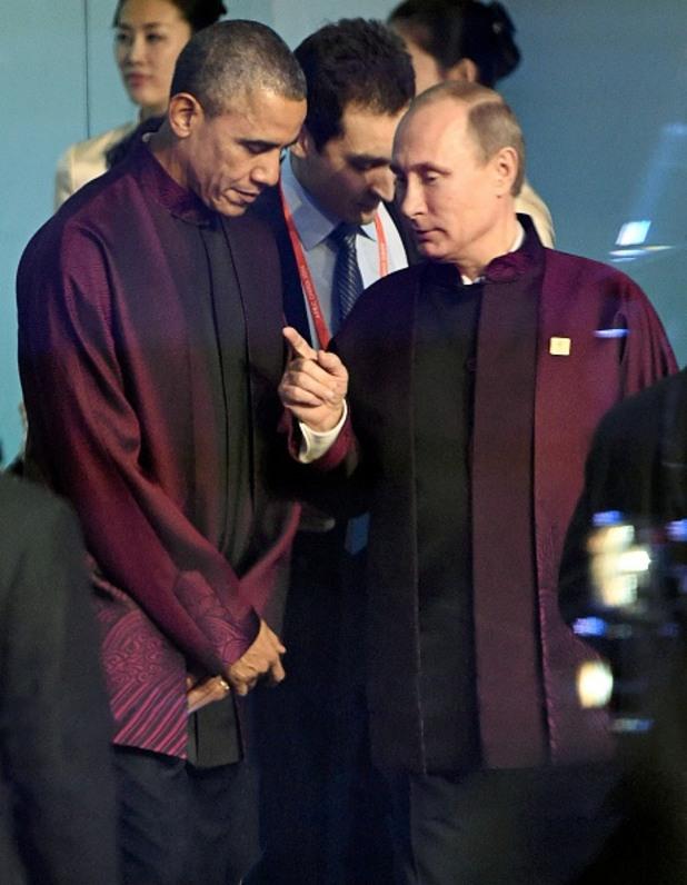 барак обама и владимир путин в традиционни костюми