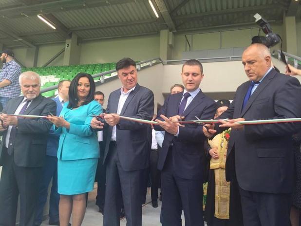 правителството реже лентата на реновирания стадион лудогорец арена