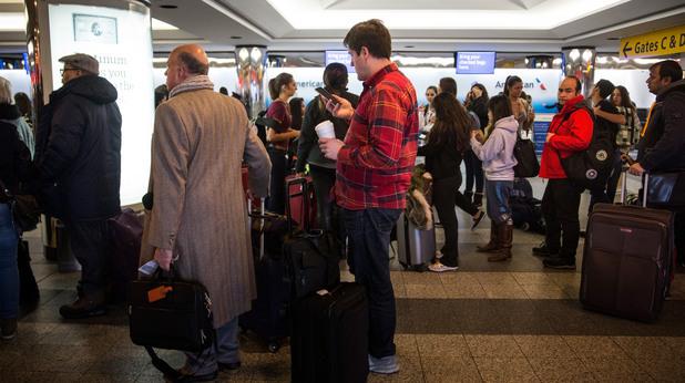 Хора чакат на летище