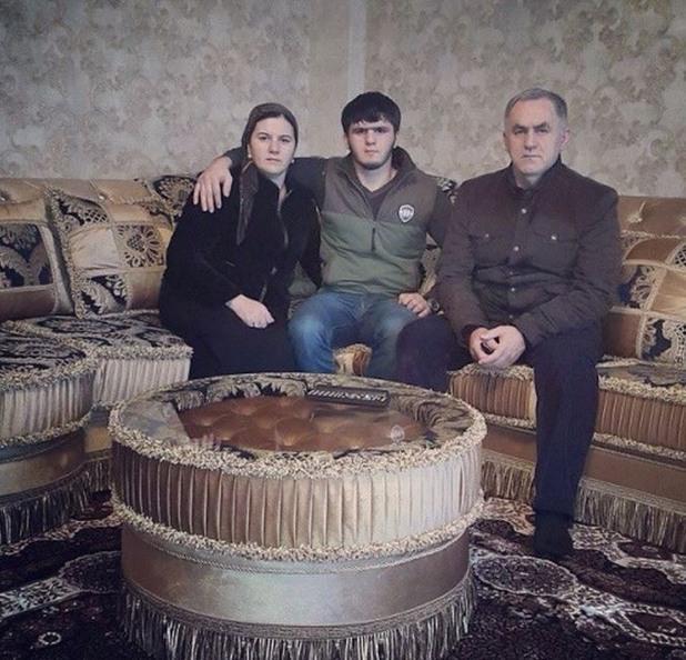 Нажуд Гучигов с първата си жена и сина си