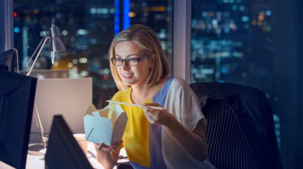 Жена пред компютър