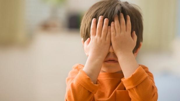 Дете си прикрива очите