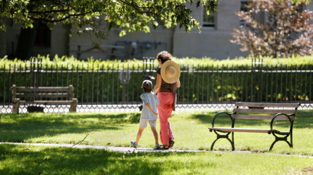 Майка с дете в парка