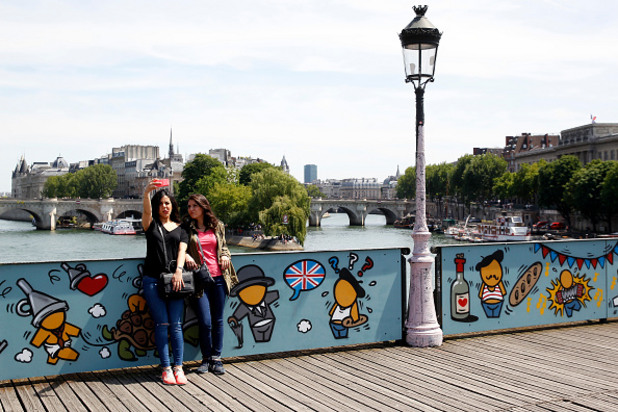 новият вид на pont des arts в париж