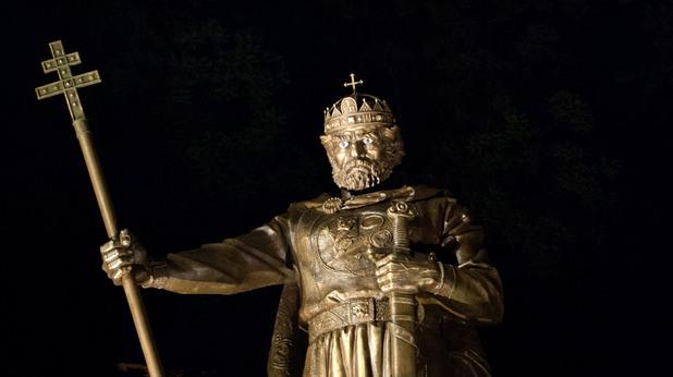Паметникът на Цар Самуил пред Света София през нощта