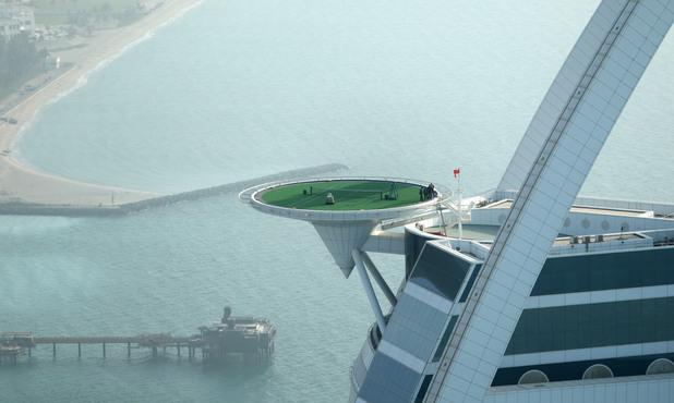 Тенис на върха на хотела Бург ал-Арбаб в Дубай