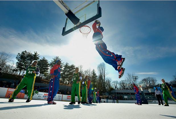 Баскетбол върху замръзнал басейн в Сентрал Парк
