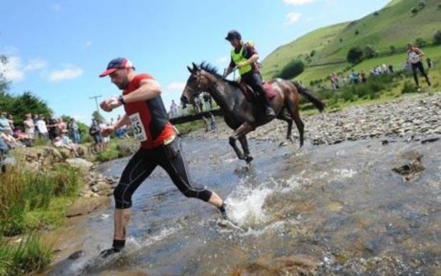 Човек срещу кон