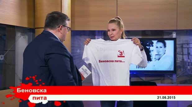 илиана беновска подарява тениска на главния прокурор сотир цацаров