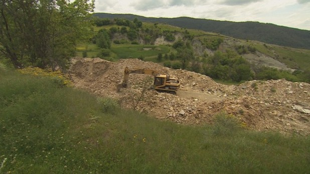 Багери копаят некрополи край Сатовча