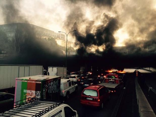 стачкуващите таксита в париж запалиха гуми на околовръстния път