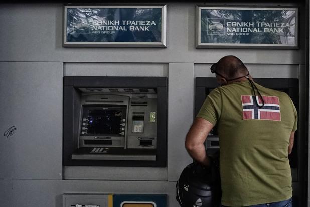 масово теглене на пари в атина в очакване на фалита на гърция