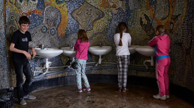 Деца мият ръцете си