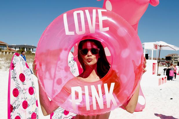 Розово момиче на плажа