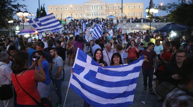 Гърци празнуват след резултатите от референдума