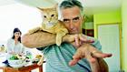 Мъж с котка