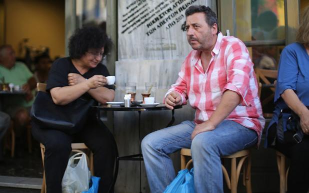Гърци почиват по улиците на Атина