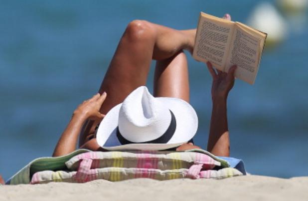Четене на плажа