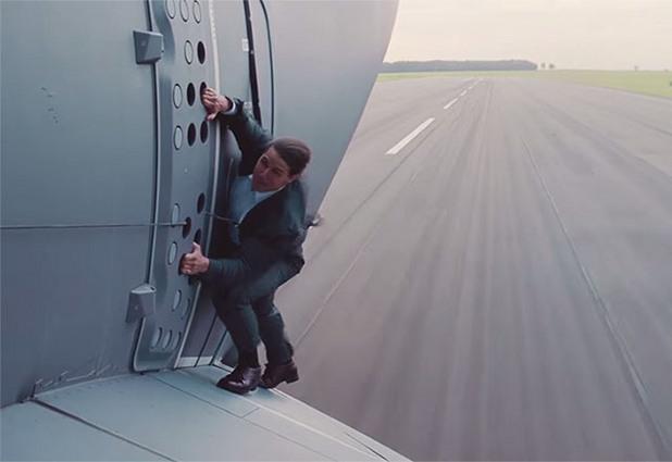 том круз виси от вратата на излитащ airbus a400m в мисията невъзможна 5