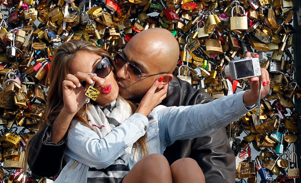 Двойка туристи в Париж