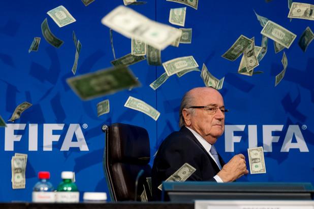 Сеп Блатер засипан от пари от комик на пресконференция 2015 г.