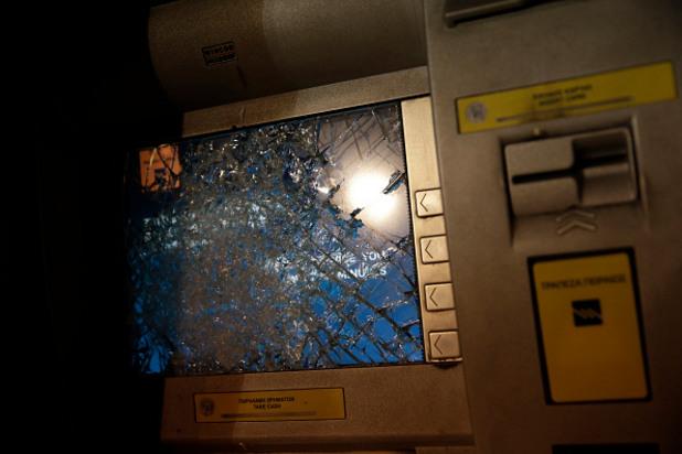 разбит гръцки банкомат