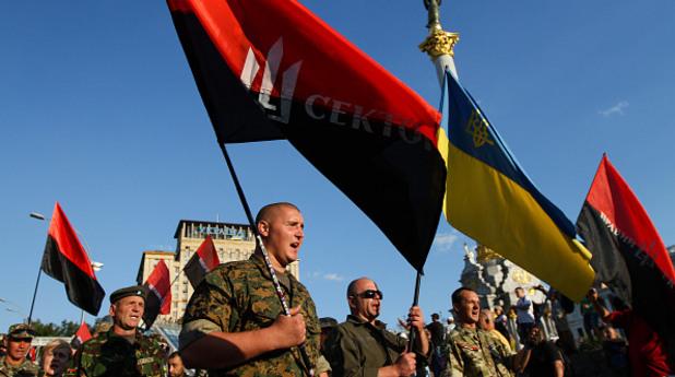 Активистви на крайно дясната партия Десен сектор и на Украинските доброволчески отряди заедно на Майдана след конгрес на партията на 21 юли