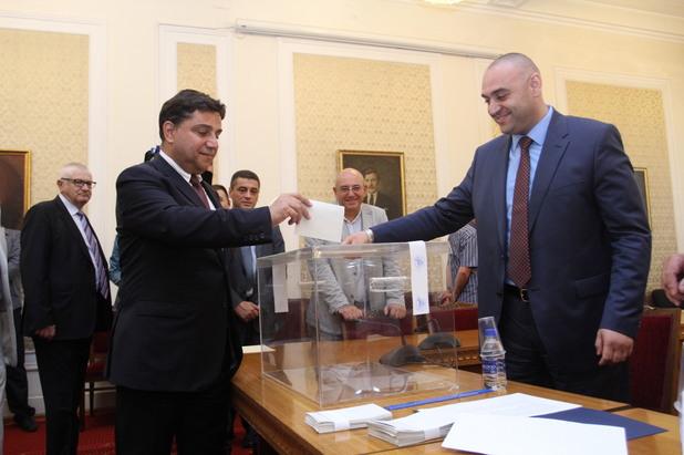 депутатите от пг на бсп лява българия гласуват за избора на нов омбудсман между мая манолова и константин пенчев