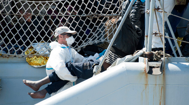 Лодка със 700 емигранти потъна край Либия