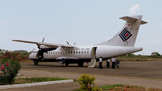 Trigana Air ATR 42 в Labuan Bajo Airport, Indonesia. (2008)