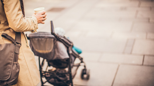 майка, дете, бебе, количка