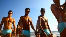 мъже на плажа